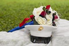 Patriotischer Hochzeitsblumenstrauß mit Armeehut Stockfotos