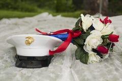 Patriotischer Hochzeitsblumenstrauß und Militärhut Lizenzfreie Stockfotografie