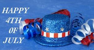 Patriotischer Hut und Band auf blauem Hintergrund lizenzfreie stockfotos