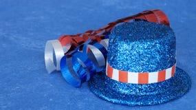 Patriotischer Hut und Band auf blauem Hintergrund stockfoto