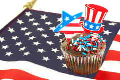 Patriotischer kleiner Kuchen auf Markierungsfahne Stockfotos