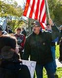 Patriotischer Mann, der seine Flagge hält Stockfotografie