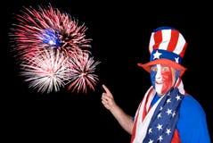 Patriotischer Mann und Feuerwerke Lizenzfreies Stockfoto