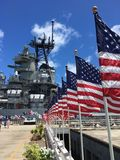 Patriotischer Moment auf dem USS Missouri Lizenzfreie Stockfotos