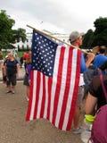 Patriotischer Protestierender mit großer amerikanischer Flagge Stockfotos