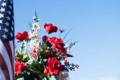 Patriotisk bild - blommor och amerikanska flaggan Royaltyfria Foton