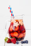 Patriotisk drinkcoctail med jordgubben, blåbäret och äpplet för 4th av det Juli partiet Arkivbilder