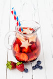 Patriotisk drinkcoctail med jordgubben, blåbäret och äpplet för 4th av det Juli partiet Fotografering för Bildbyråer