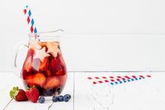 Patriotisk drinkcoctail med jordgubben, blåbäret och äpplet för 4th av det Juli partiet Arkivbild