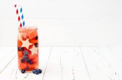 Patriotisk drinkcoctail med vattenmelon, blåbäret och äpplet för 4th av det Juli partiet Frukt ingett vatten Fotografering för Bildbyråer
