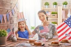 Patriotisk ferie lycklig familj Arkivbild