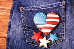 Patriotisk kaka på en bakficka av jeans Arkivfoton