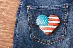 Patriotisk kaka på en bakficka av jeans Royaltyfria Bilder