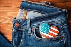 Patriotisk kaka på ett främre fack av jeans Royaltyfria Foton