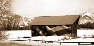 Patriotisk ladugård i snöig moutains royaltyfria bilder