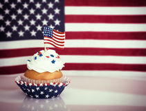 Patriotisk muffin med amerikanska flaggan Royaltyfri Bild