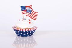 Patriotisk muffin med dekorativa amerikanska flaggan Royaltyfri Foto