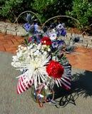 Patriotisk röd, vit- och blåttblommaordning Royaltyfri Foto