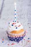 Patriotisk 4th av den Juli muffin med stearinljuset Arkivfoto