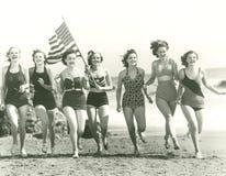 Patriotiska kvinnor på stranden Royaltyfri Foto