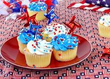 Patriotiska muffin med röda, vit- och blåttgarneringar Royaltyfri Bild