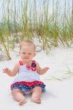 Patriotiskt behandla som ett barn flickan på stranden Royaltyfri Fotografi