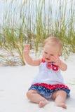 Patriotiskt behandla som ett barn flickan på stranden Arkivbilder