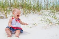 Patriotiskt behandla som ett barn flickan på stranden Royaltyfria Foton