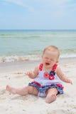 Patriotiskt behandla som ett barn flickan på stranden Royaltyfri Foto