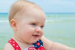 Patriotiskt behandla som ett barn flickan på stranden Arkivfoto