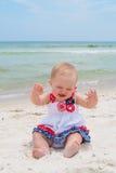 Patriotiskt behandla som ett barn flickan på stranden Royaltyfria Bilder