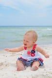 Patriotiskt behandla som ett barn flickan på stranden Fotografering för Bildbyråer