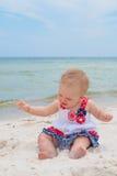 Patriotiskt behandla som ett barn flickan på stranden Arkivfoton