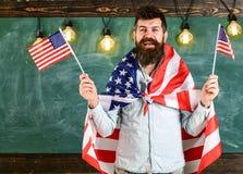 Patriotiskt utbildningsbegrepp Den amerikanska läraren vinkar med amerikanska flaggan Studentutbytesprogram Man med skägget och Royaltyfria Foton