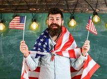 Patriotiskt utbildningsbegrepp Studentutbytesprogram Den amerikanska läraren vinkar med amerikanska flaggan Man med skägget och Arkivbild