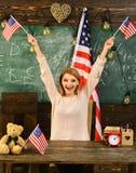 Patriotism och frihet Kvinna i klassrum med amerikanska flaggan på kunskapsdagen Dra tillbaka till skolan eller hem- skolgång med Royaltyfri Fotografi