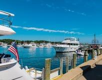 Patriotismus mit Flaggenfliegen auf Boot am Kap in Martha-` s Weinberg MA lizenzfreies stockfoto