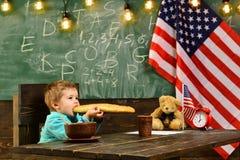 Patriotismus und Freiheit patritism des Kleinkindes in der Schule mit USA-Flagge am Unabhängigkeitstagfeiertag stockfotos