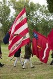 Patriotmilitairen maart met vlaggen om Gebied als deel van de 225ste Verjaardag van de Overwinning in Yorktown over te geven, het Royalty-vrije Stock Afbeelding