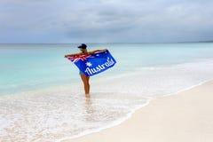 Patriottische Australische vrouw op strand met vlag royalty-vrije stock foto