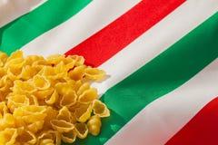 Patriottische Italiaanse die deegwaren met achtergrond in de kleuren van nationale vlag wordt gekleurd Veel plaats voor het schri Stock Foto's