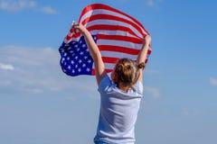 Patriottische vakantie Gelukkig leuk jong geitje, weinig kindmeisje met Amerikaanse vlag De V.S. vieren 4 van Juli royalty-vrije stock foto's