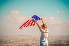 Patriottische vakantie Gelukkig leuk jong geitje, weinig kindmeisje met Amerikaanse vlag De V.S. vieren 4 van Juli royalty-vrije stock fotografie
