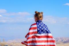 Patriottische vakantie Gelukkig leuk jong geitje, weinig kindmeisje met Amerikaanse vlag De V.S. vieren 4 van Juli stock foto