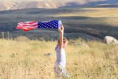 Patriottische vakantie Gelukkig leuk jong geitje, weinig kindmeisje met Amerikaanse vlag Nationaal 4 juli Herdenkings Dag royalty-vrije stock foto's
