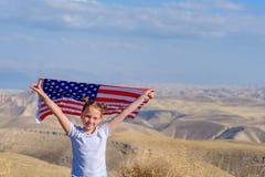Patriottische vakantie Gelukkig leuk jong geitje, weinig kindmeisje met Amerikaanse vlag Nationaal 4 juli Herdenkings Dag royalty-vrije stock foto