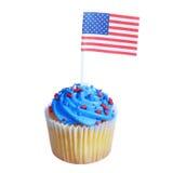 Patriotyczna babeczka z flaga amerykańską i błękitnymi gwiazdami śmietanki i czerwonych kropi na wierzchołku, odosobnionym na biał Obrazy Stock