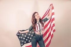 Patriotyczna dziewczyna z flagą Ameryka na barwionym tle zdjęcie royalty free