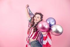 Patriotyczna dziewczyna z flagą Ameryka na barwionym tle fotografia royalty free
