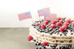 Patriotyczny flaga amerykańska tort z czarnymi jagodami i truskawkami na rocznika bielu tle Fotografia Royalty Free